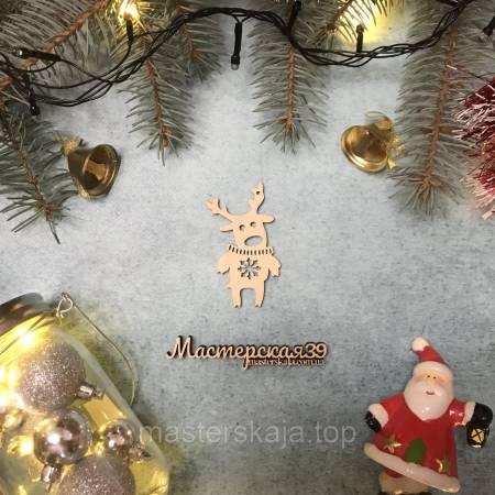 Новогодняя игрушка из дерева олень в свитере снежинка HP-20125